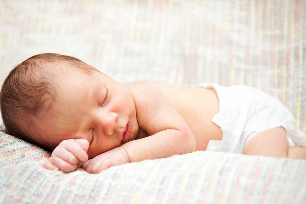 Ребенок 1 месяц плохо спит днем и ночью: почему так бывает