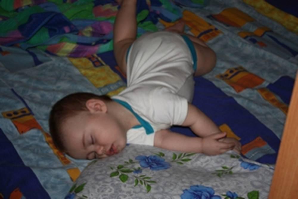 10 причин, которые лежат в основе выгибания младенца дугой и запрокидывания головы