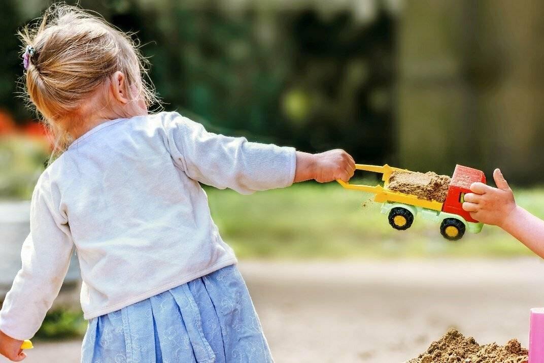 Ребенок не делится игрушками.