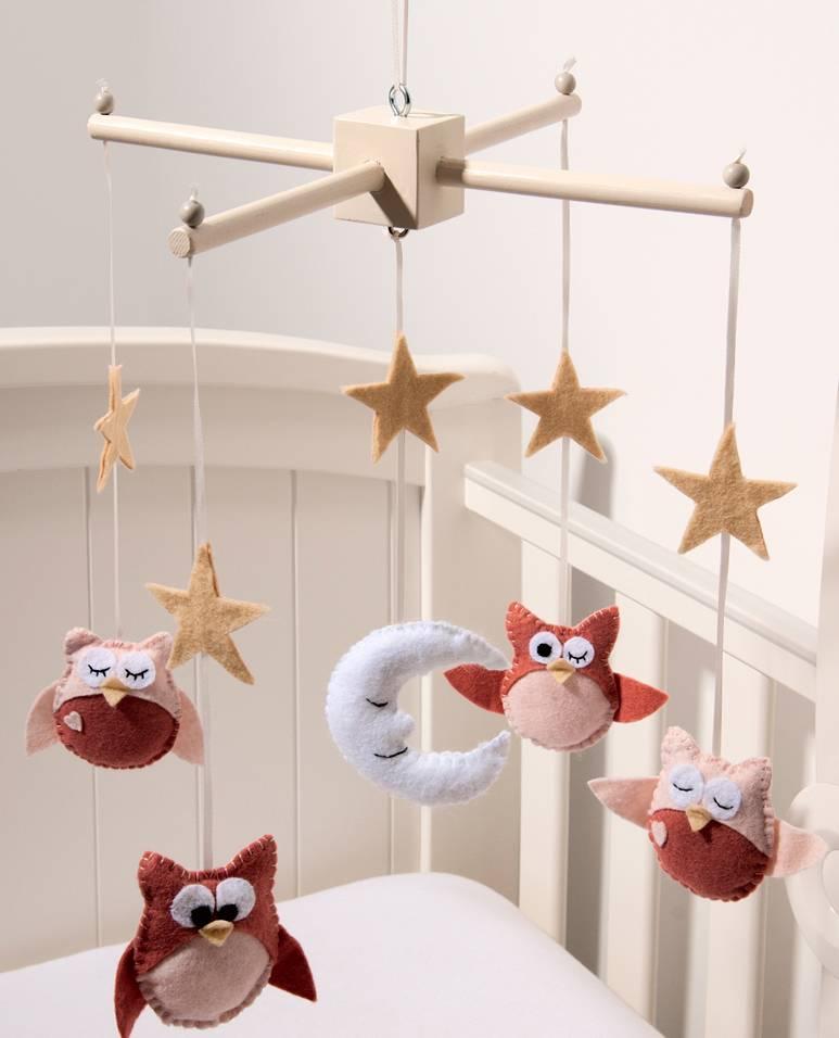 Первые игрушки малыша: все о мобиле для детской кроватки
