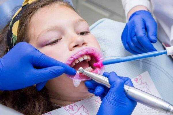 Удаление молочного зуба у детей: как и зачем