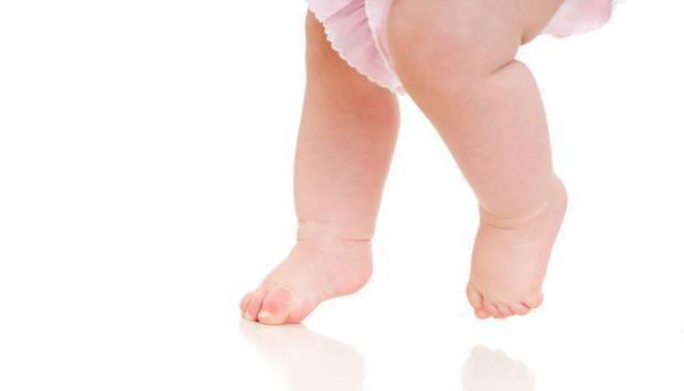 Почему ребенок начинает ходить на носочках