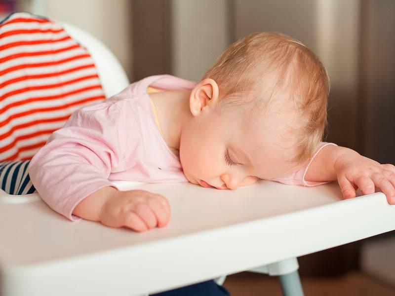 Грудничок не спит весь день: что делать