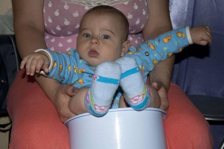 Во сколько месяцев можно сажать девочек в кроватке и в коляске? почему так важно знать, во сколько месяцев можно сажать девочек