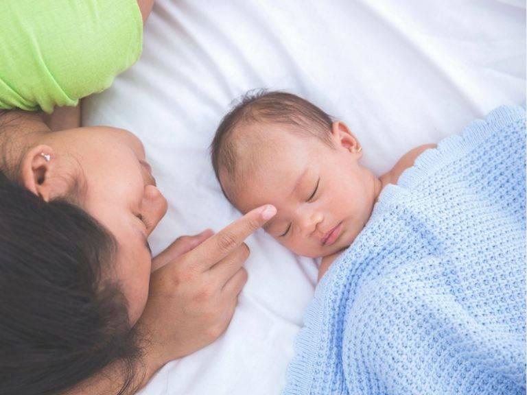 Грудной ребенок спит с мамой. Опасно или нет?