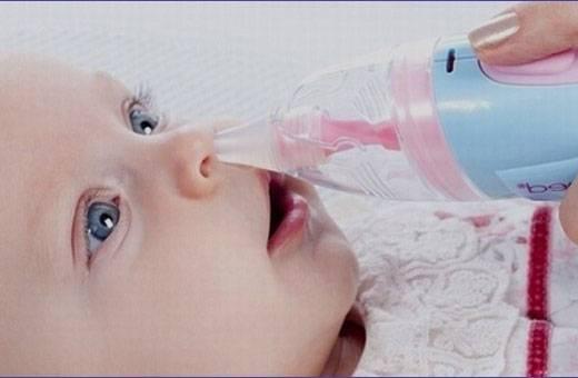 Как почистить носик новорожденному ребенку от козявок аквамарисом, грушей, аспиратором