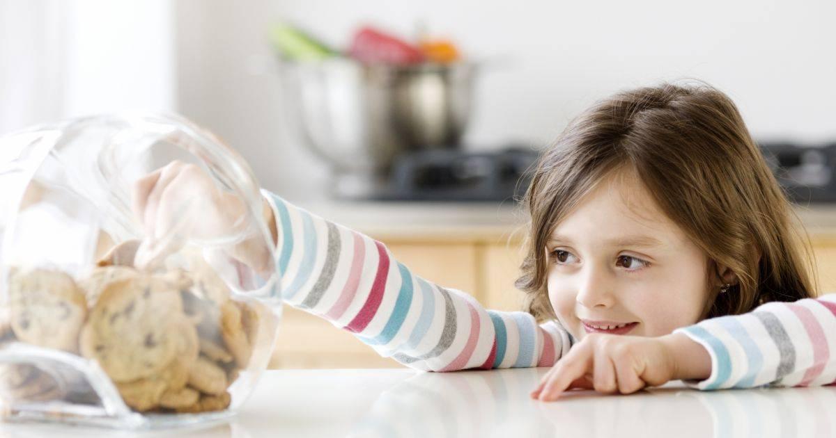 Как унять ребенка, который постоянно разбрасывает игрушки и еду | yamama