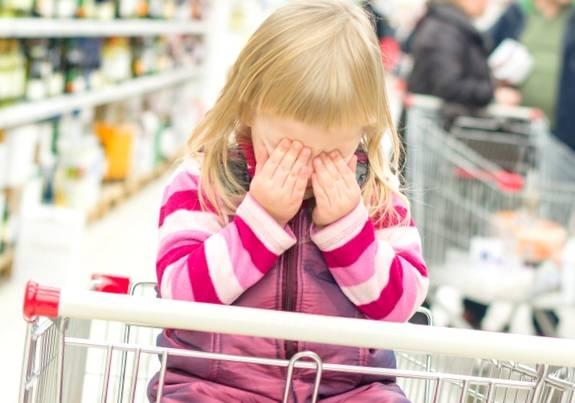 Ребёнок истерит в магазине