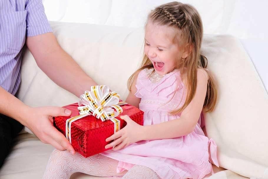 92+ идеи что подарить девочке на день рождения и 15 поздравлений