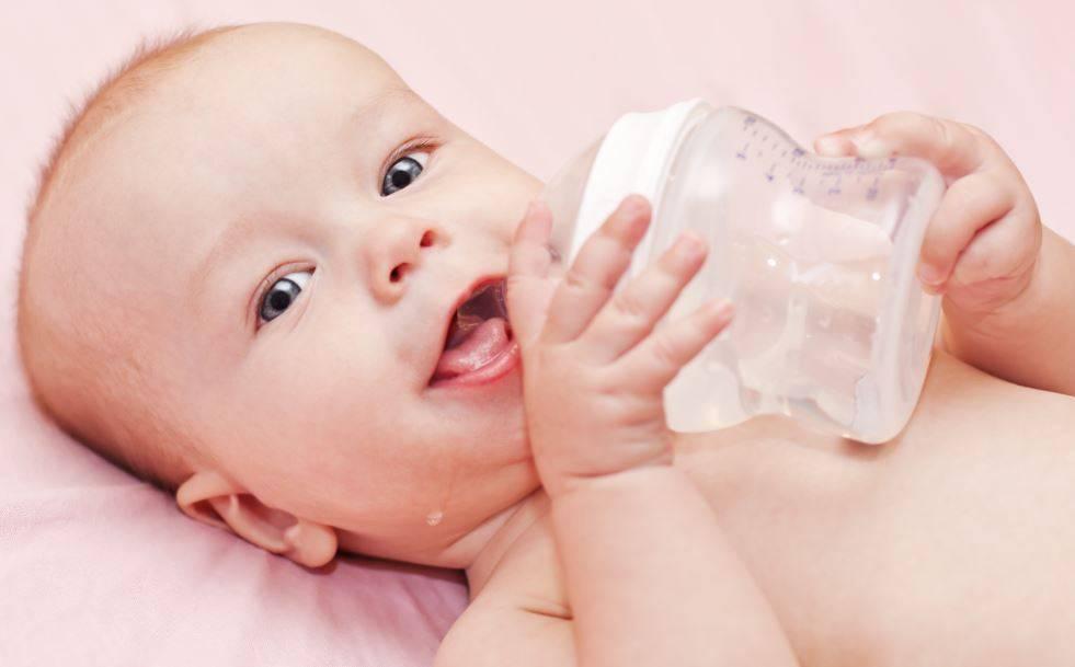 Давать ли младенцу воду при грудном вскармливании