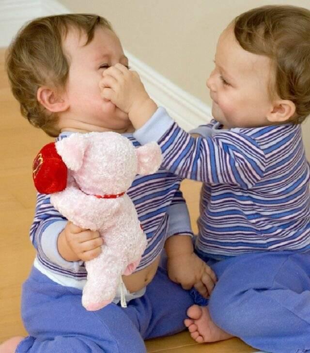 Почему ребенок отбирает игрушки у других детей? как объяснить, что этого делать нельзя? у ребенка отбирают игрушки