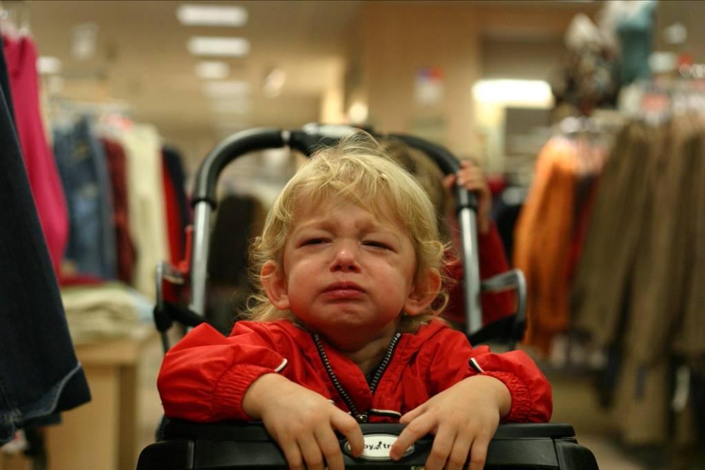 Ребёнок истерит в магазине: что делать, как себя правильно вести?