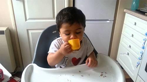 Учим малыша пить из чашки самостоятельно: выбор поильника и пошаговый урок