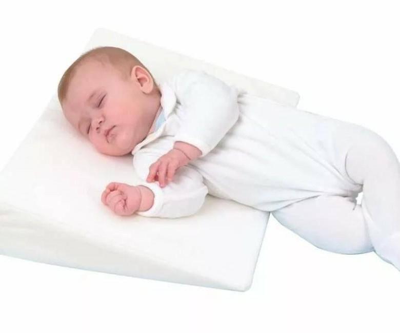 С какого возраста можно спать ребенку на подушке? когда – со скольких лет или во сколько месяцев можно класть малыша на подушку для сна? нужна ли она?