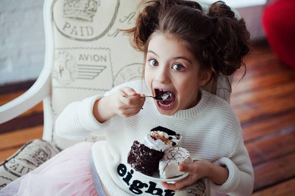 В каком возрасте ребенку можно давать сладкое. когда и сколько можно давать сладкого ребенку. когда можно давать сладкое