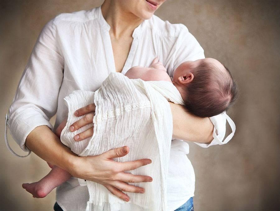 Как правильно держать и носить на руках новорожденного ребенка
