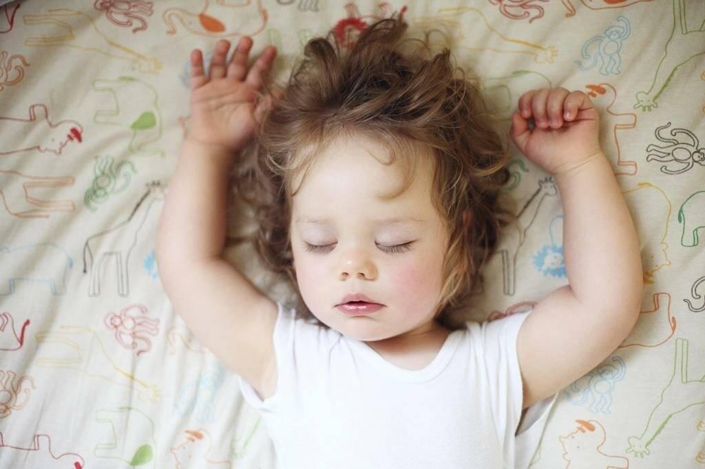 Почему ребёнок плачет во сне — 9 основных причин