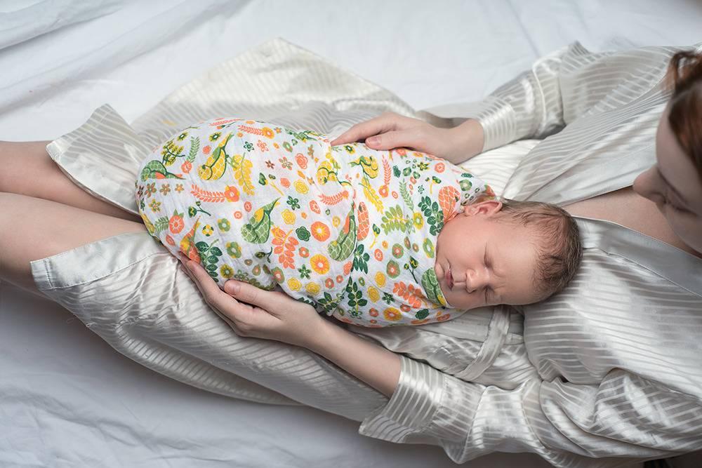 Пеленать или нет новорожденного