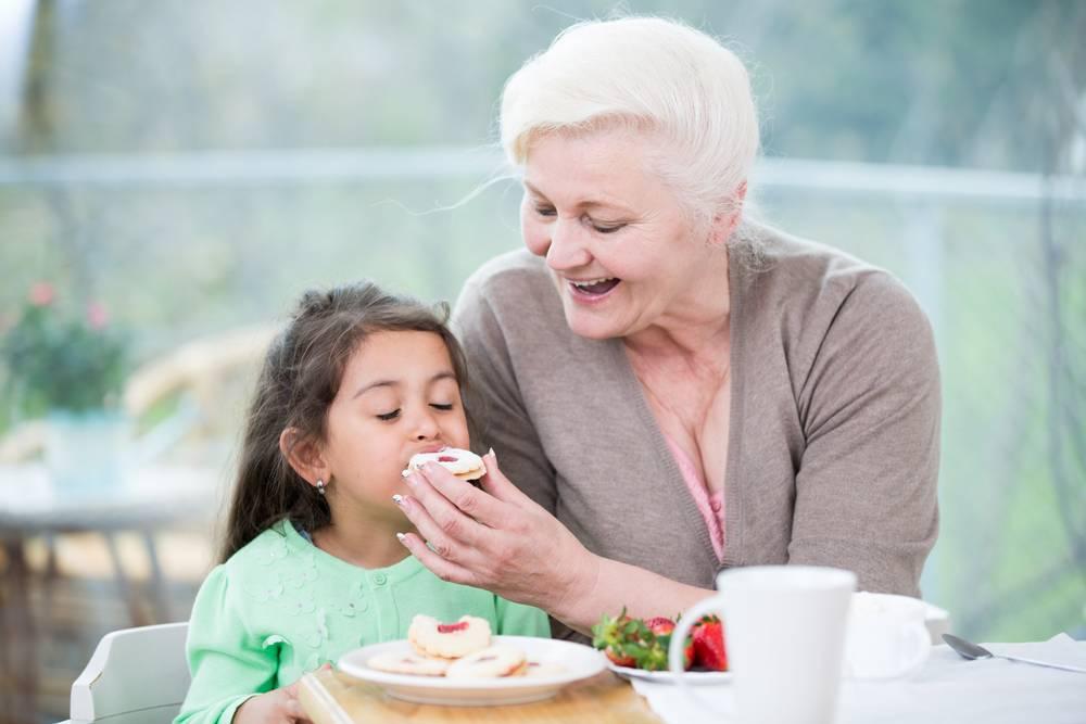 Должна ли бабушка помогать с внуками?