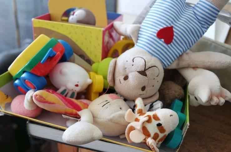 Ребенок разбрасывает игрушки 2 года: как отучить или смириться?