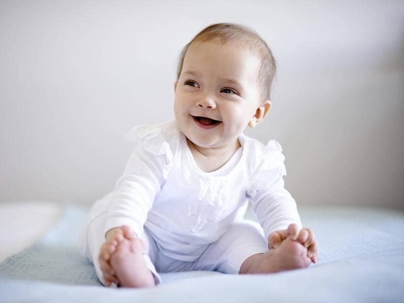 Во сколько месяцев ребенок начинает сидеть. когда можно присаживать
