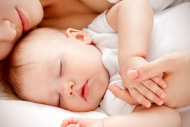 Почему новорожденный дергается во сне и вздрагивает