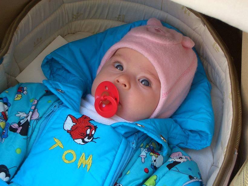 Гулять с новорожденным до или после кормления — когда начинать