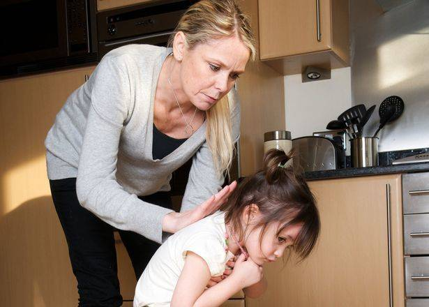 Что делать, если малыш упал или съел бумагу: шпаргалка от врача
