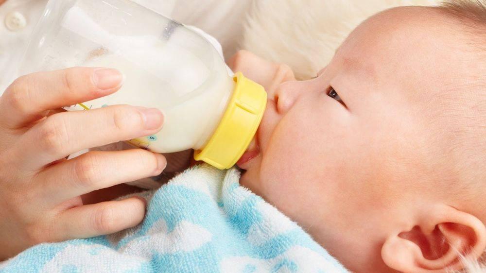 Причины рвоты у новорожденного ребенка после кормления