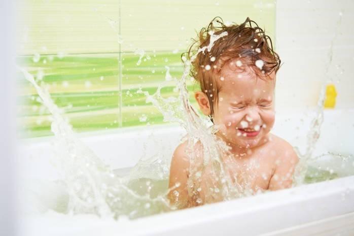 Ребенок боится купаться в ванной - что делать и почему так происходит?