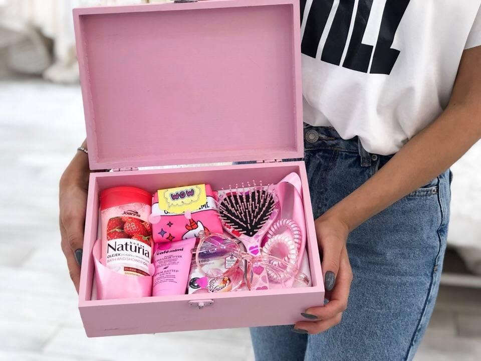 Подарки в школу девочкам на 8 марта: лучшие идеи