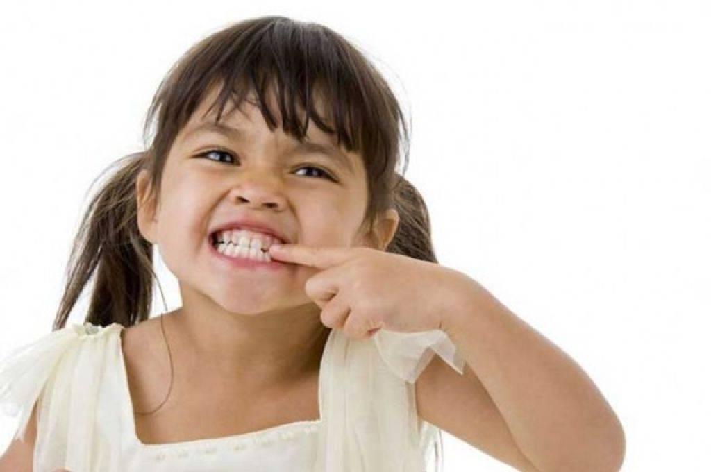 Ребенок во сне сильно скрипит зубами: болезнь или норма?