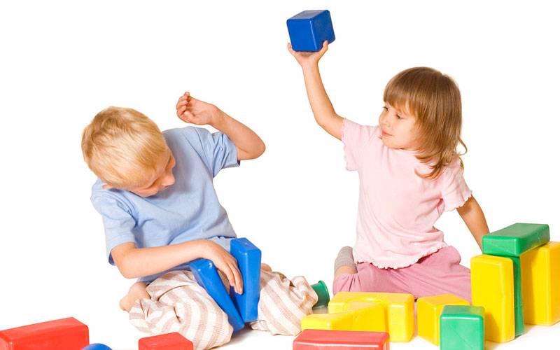 Ребёнок ломает игрушки: что делать?