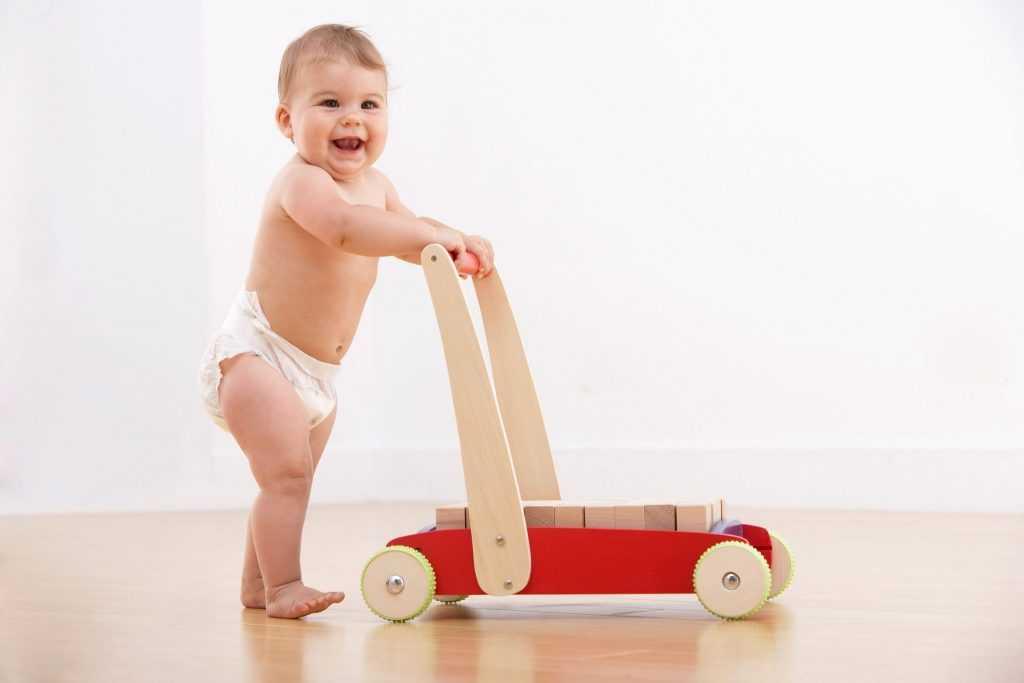 Когда (во сколько месяцев) ребенок начинает ходить