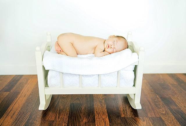 Ребенок во сне переворачивается на живот: причины, нормы развития, советы врачей и родителей