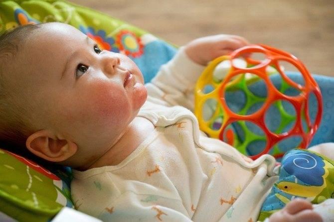 Игрушки для ребенка 1 месяц: какие нужны новорожденному, развивающие игрушки