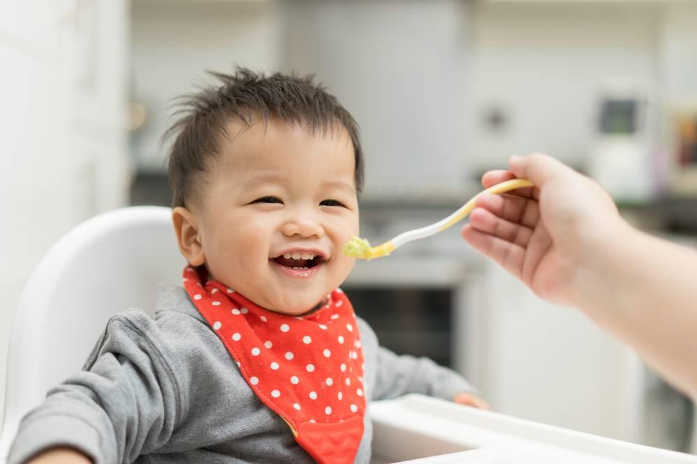 Ребенок не ест прикорм: что делать, если грудничок отказывается, как приучить