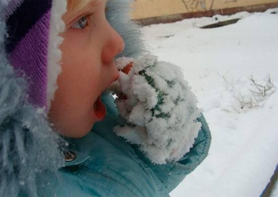 Язык примерз на морозе к железу — что делать, как помочь ребенку