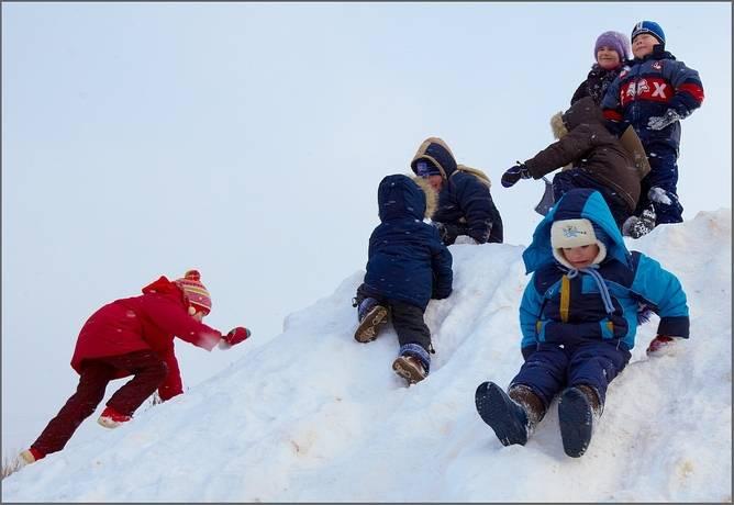 Снежки, следопыт и мыльные пузыри на морозе. зимние игры для детей