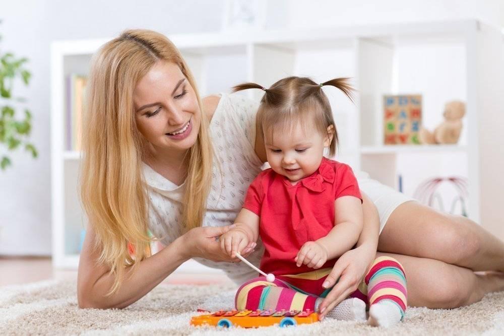 Выход родителей на работу: кто сидит с детьми – бабушка или няня?