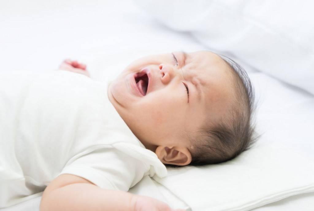 Почему новорожденный не спит весь день и что делать