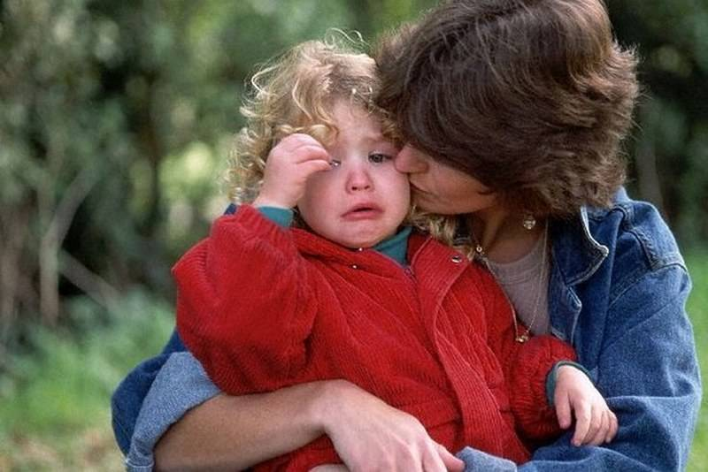 Как справиться с капризами ребенка при расставании с родителями. ребенок плачет при виде бабушки