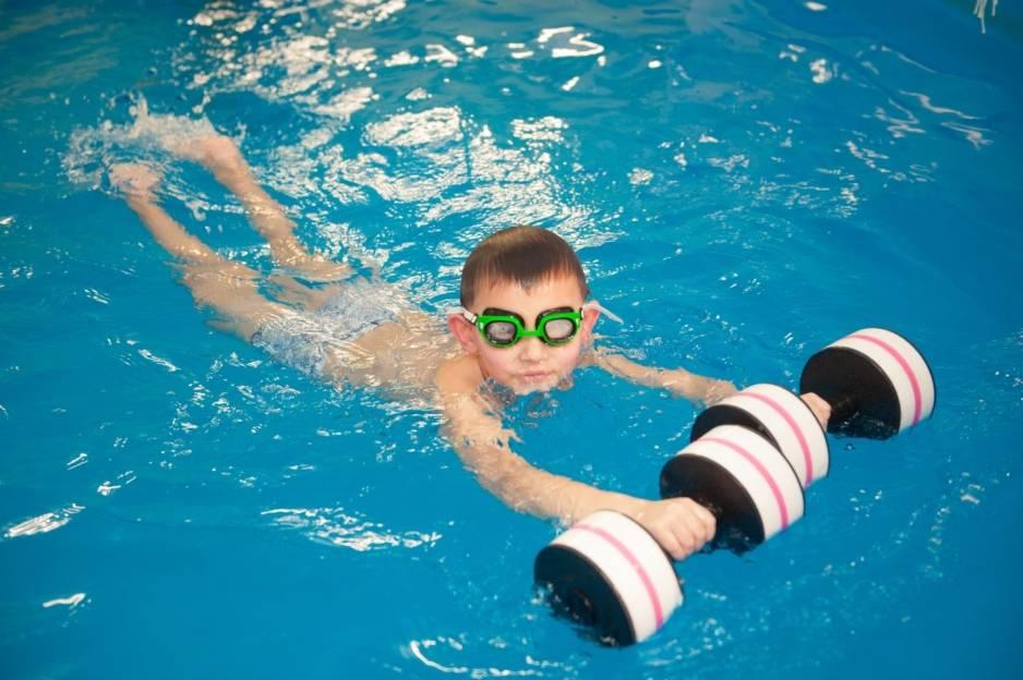 Как научить ребенка плавать в бассейне: советы и инструкции для родителей
