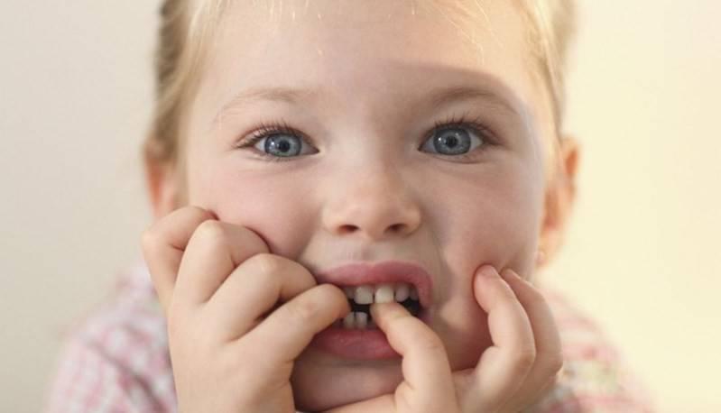 Причины, почему ребенок грызет ногти исовершает другие навязчивые действия
