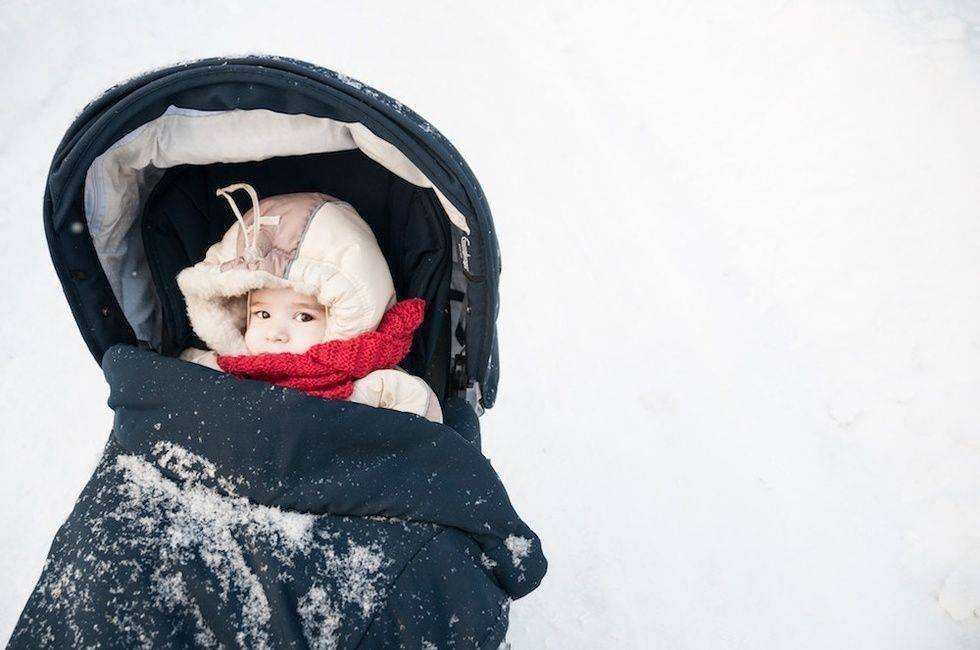 Планируем прогулки с новорожденным: перечень советов для организации первых зимних и летних прогулок