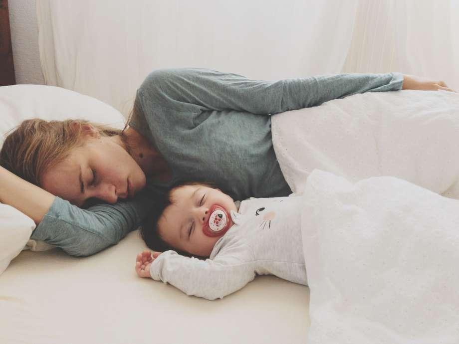 Совместный сон с малышом до года – плюсы и минусы