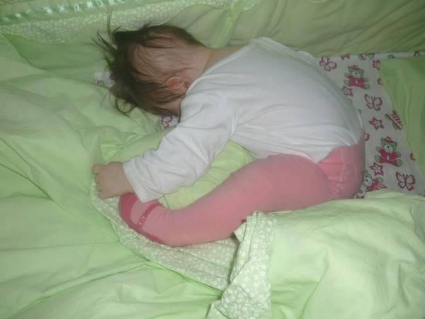 Ребенок выгибает спину и запрокидывает голову комаровский