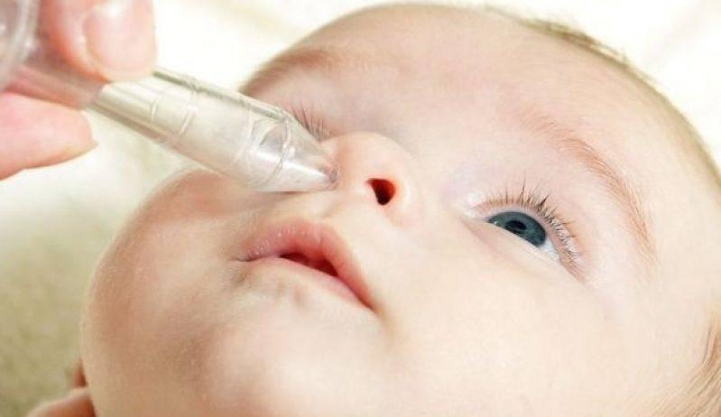 Как правильно закапать нос ребенку?