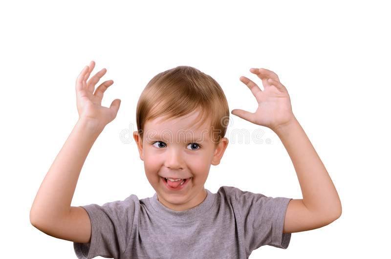 Почему ребенок боится чужих людей. что делать, если ребенок боится посторонних и незнакомых людей.