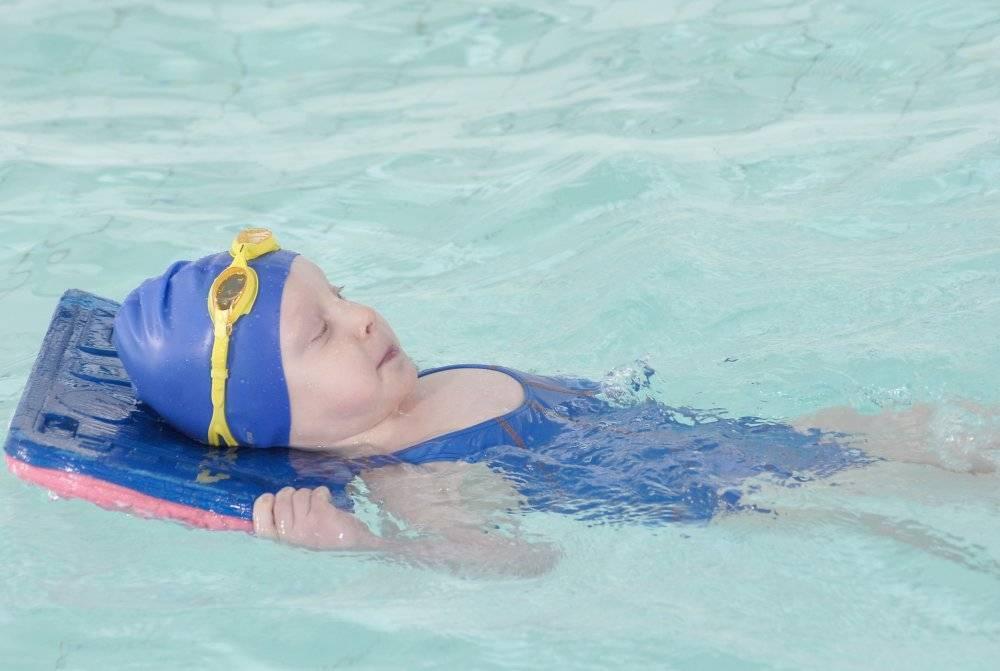 Как научиться плавать детям: советы тренера